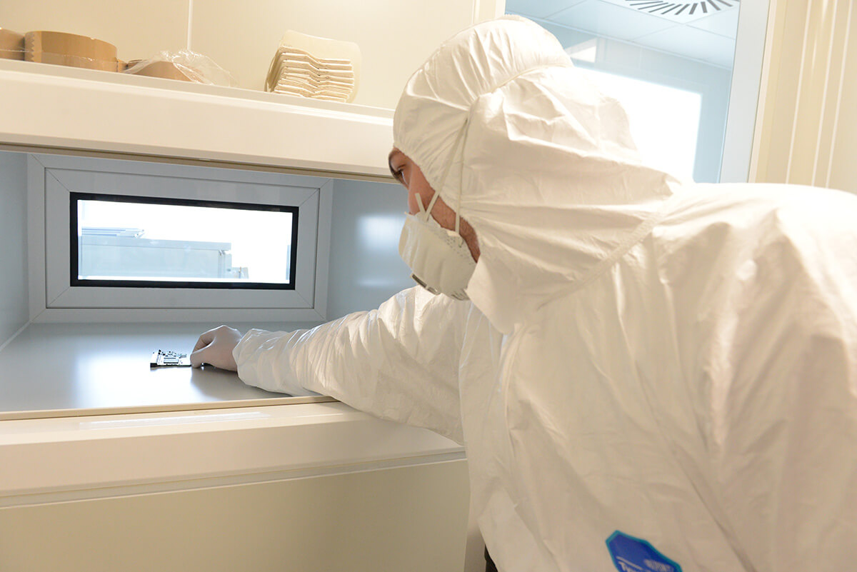 Disinfection in pass boxes with UV light for clean room applications